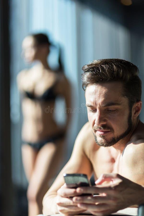 Het jonge, knappe mens bedriegen op zijn vrouw royalty-vrije stock foto
