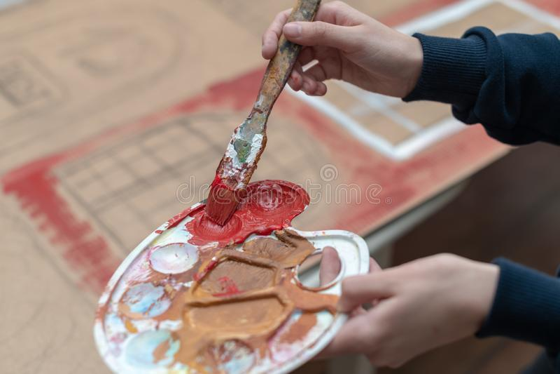 Het jonge kunstenaar schilderen royalty-vrije stock foto