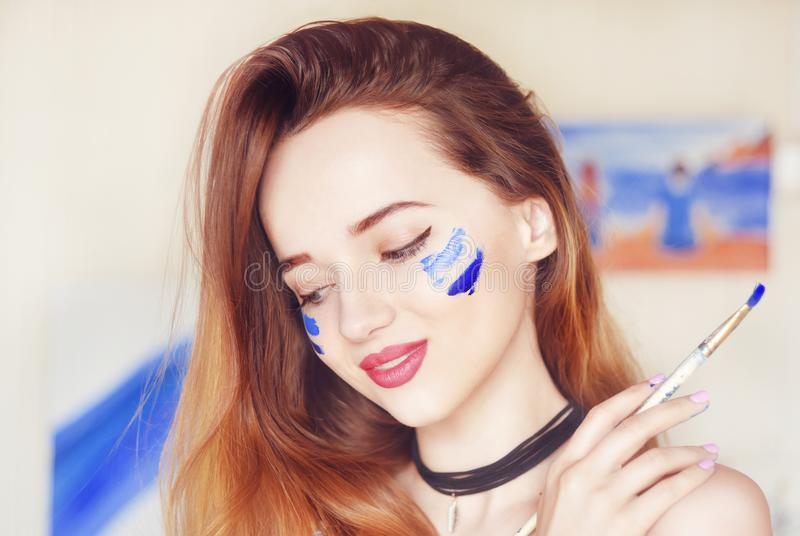 Het jonge kunstenaar schilderen Meisje die een beeld in huisstudio schilderen Model het schilderen borstel op schildersezel Sensu royalty-vrije stock foto