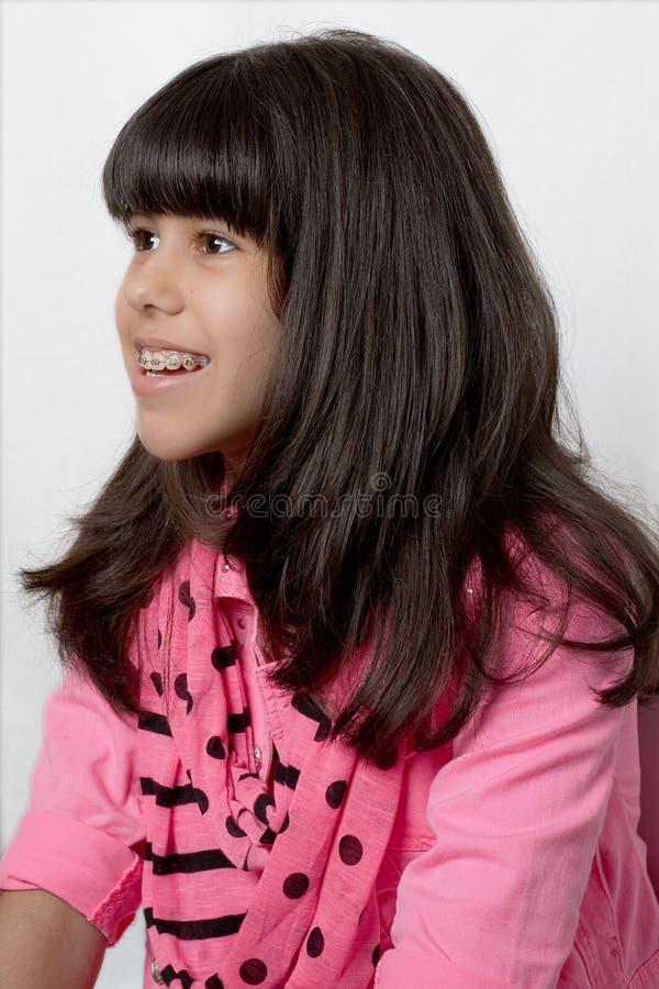 Het jonge Latijnse Meisje met Zijdeachtig Haar & kleurde Steunen stock afbeelding