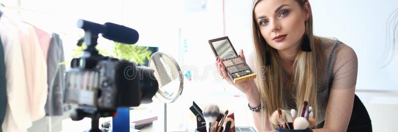 Het jonge Leerprogramma van de Damerecording video blog Schoonheid stock afbeelding