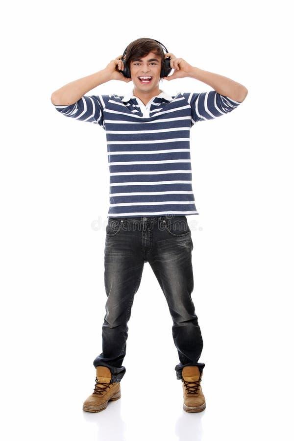 Het jonge man zingen met hoofdtelefoons. stock afbeelding