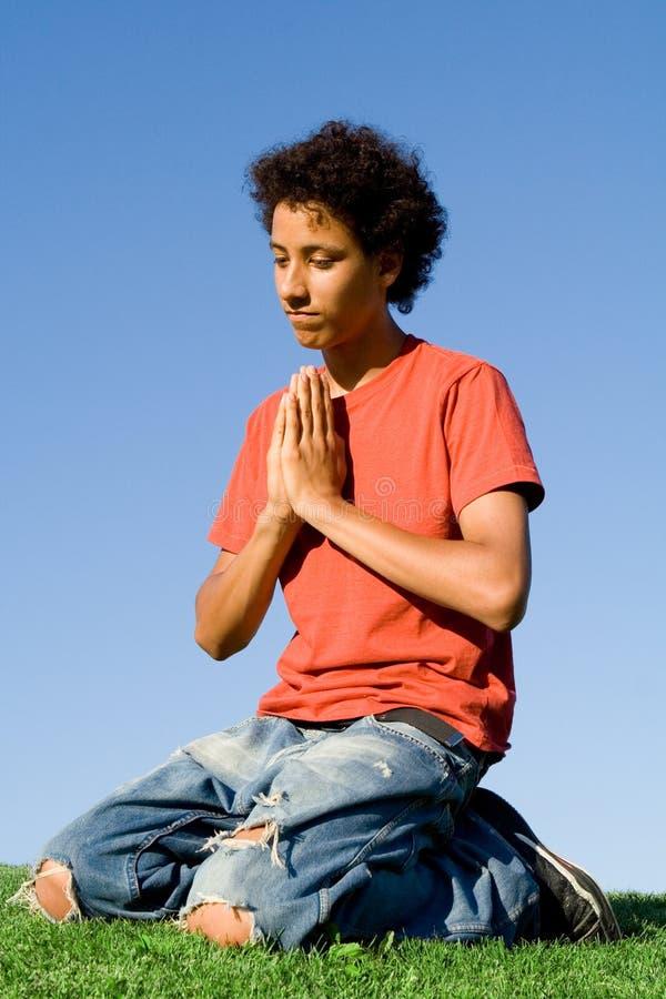 Het jonge mannelijke bidden stock afbeeldingen