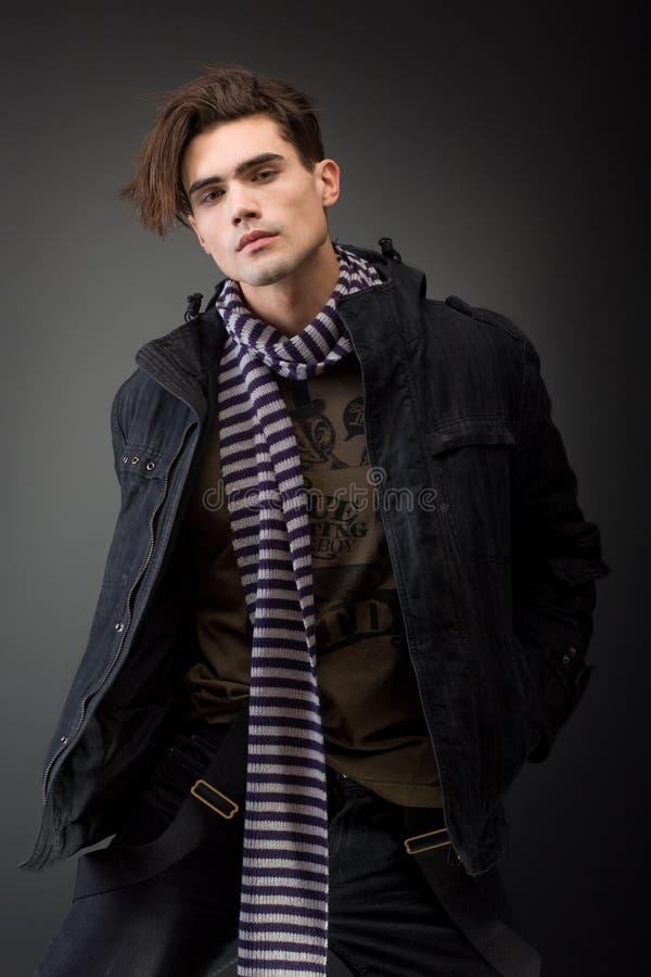 Het jonge mannelijke model van Handsom met ernstige houding