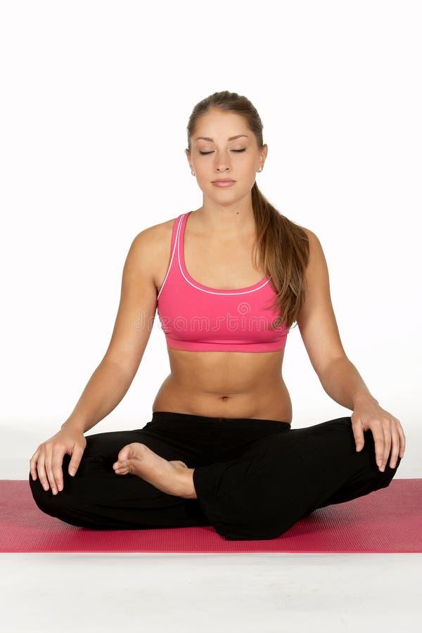 Het jonge Mediteren van de Vrouw stock afbeeldingen