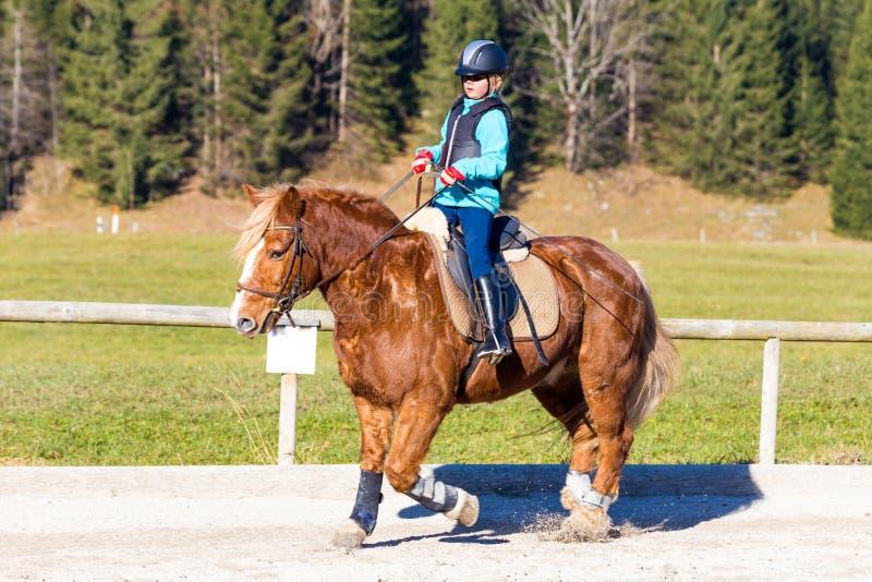 Het jonge meisje berijdt met paard royalty-vrije stock foto