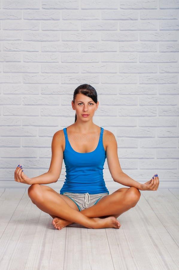 Het jonge meisje is bezig geweest met yoga royalty-vrije stock foto's