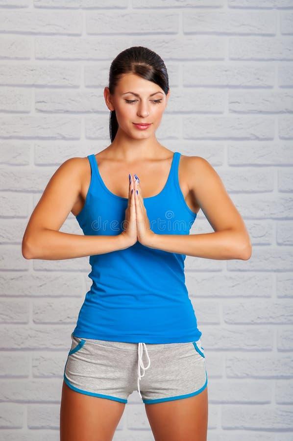 Het jonge meisje is bezig geweest met yoga stock foto's