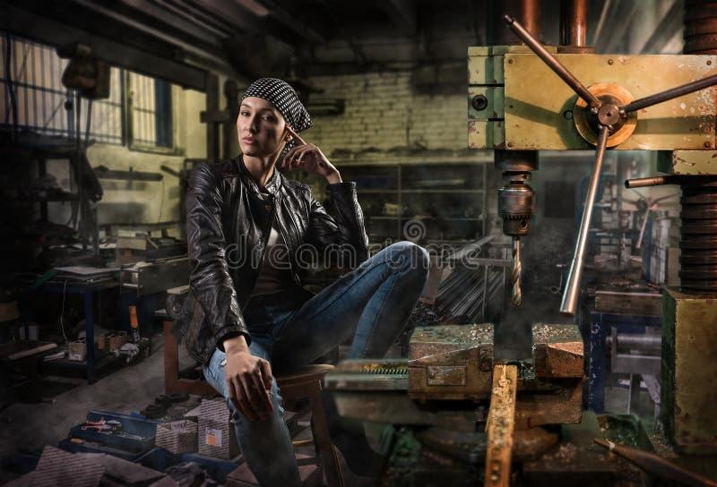 Het jonge meisje bij oude fabriek royalty-vrije stock fotografie