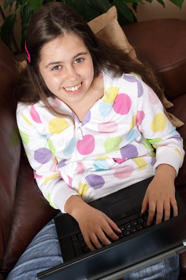 Het jonge meisje chating op laptop royalty-vrije stock foto's