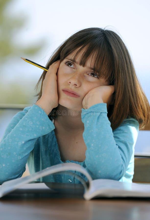 Het jonge meisje denken stock afbeeldingen