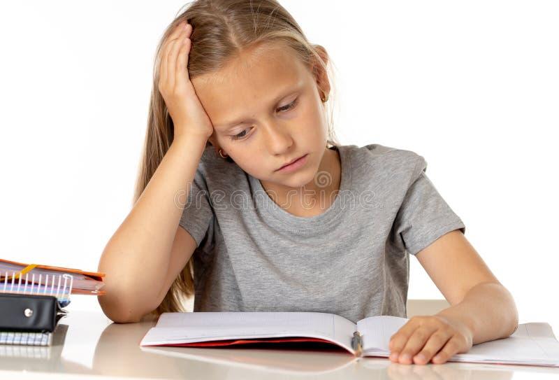Het jonge meisje die van de schoolstudent ongelukkig en vermoeit in onderwijs kijken die royalty-vrije stock afbeelding