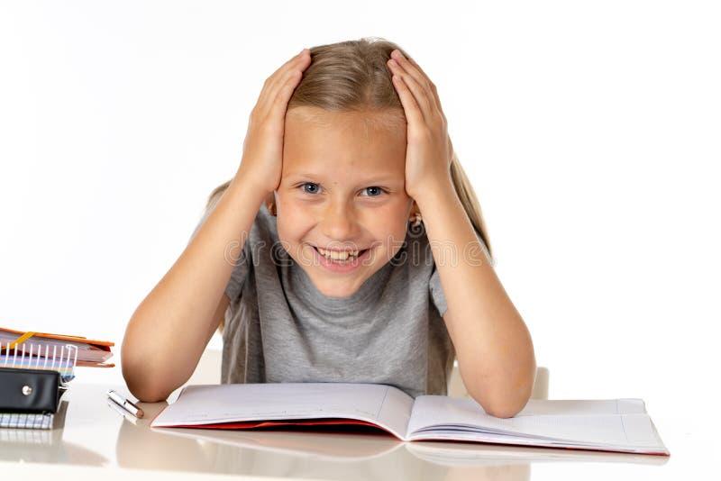 Het jonge meisje die van de schoolstudent ongelukkig en vermoeit in onderwijsconcept kijken die stock foto