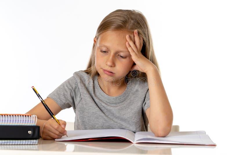 Het jonge meisje die van de schoolstudent ongelukkig en vermoeit in onderwijsconcept kijken die royalty-vrije stock foto's