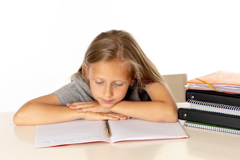 Het jonge meisje die van de schoolstudent ongelukkig en vermoeit in onderwijsconcept kijken die royalty-vrije stock foto