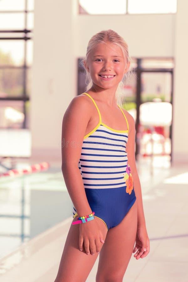 Het jonge meisje die van Nice een modieus zwempak dragen royalty-vrije stock foto