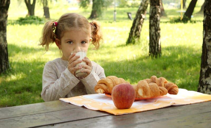 Het jonge meisje drinkt melk royalty-vrije stock fotografie