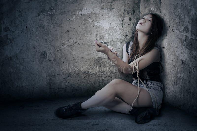 Het jonge meisje gebruikt drugs in de hoekruimte royalty-vrije stock foto