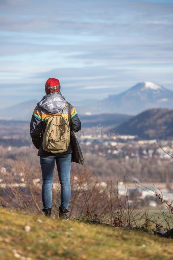 Het jonge meisje geniet van de bergmening, de herfst stock fotografie