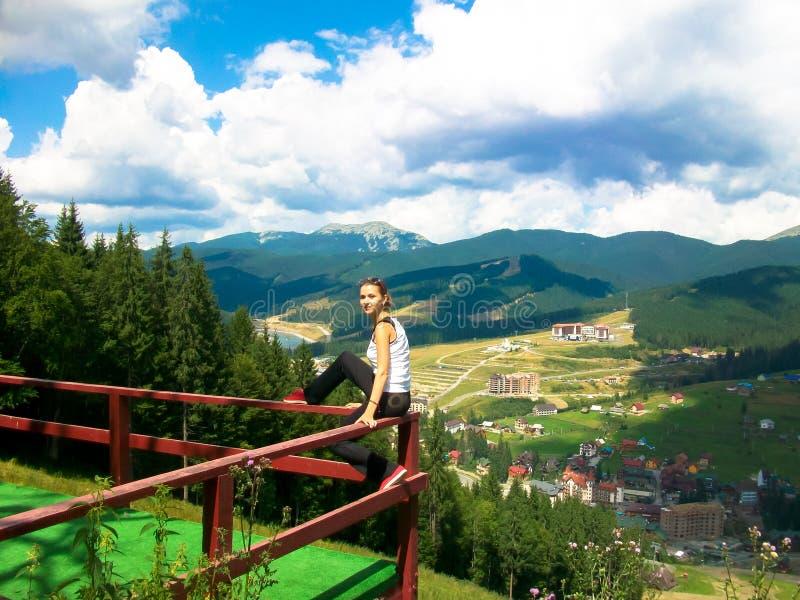 het jonge meisje heeft een rust in de bergen royalty-vrije stock fotografie