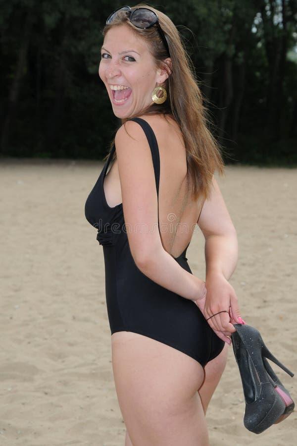 Het jonge meisje heeft een rust op een houten strand royalty-vrije stock foto