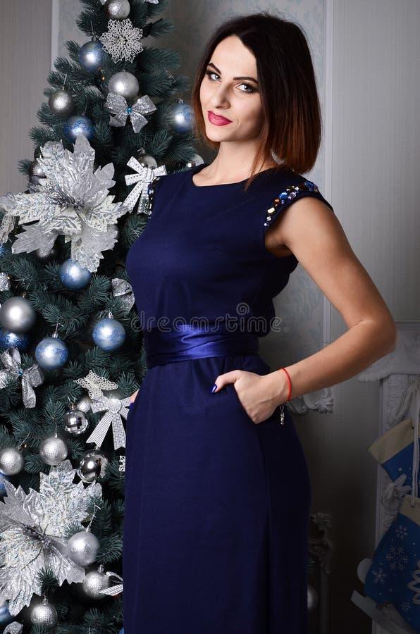 Het jonge meisje heft een glas nieuwe jaarchampagne op stock foto