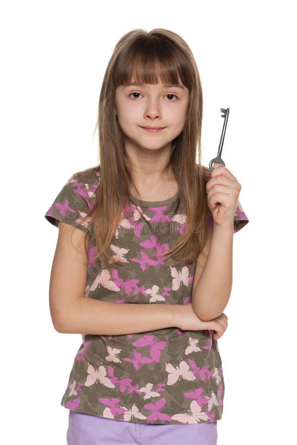 Het jonge meisje houdt sleutel in haar hand royalty-vrije stock foto