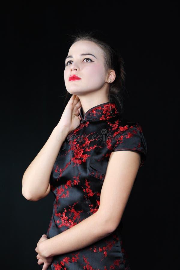 Het jonge meisje in Japanse blouse kijkt omhoog royalty-vrije stock foto's