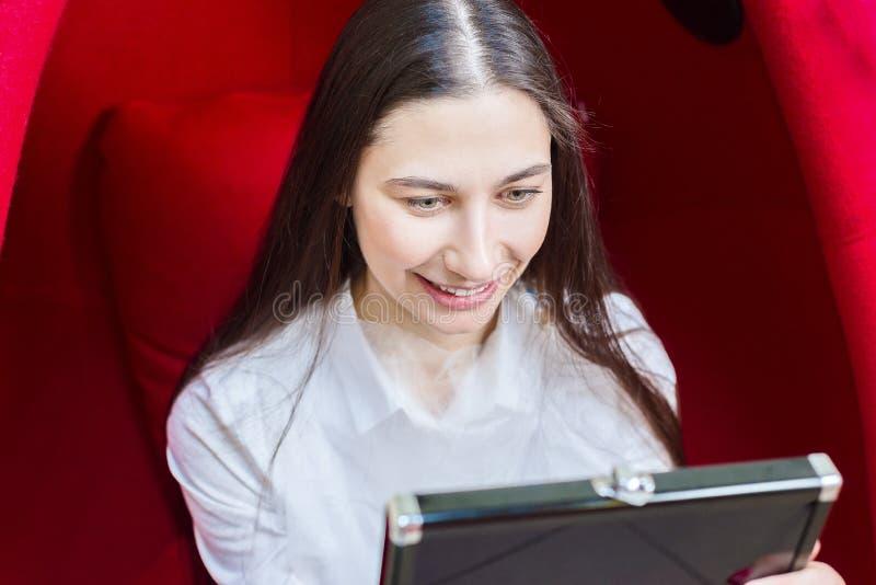 Het jonge meisje kijkt in de spiegel en glimlacht Tandheelkunde Witte tanden stock afbeeldingen