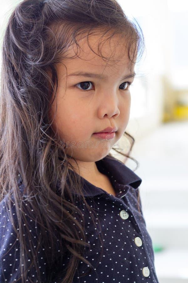 Het jonge meisje kijkt teleurgesteld stock fotografie