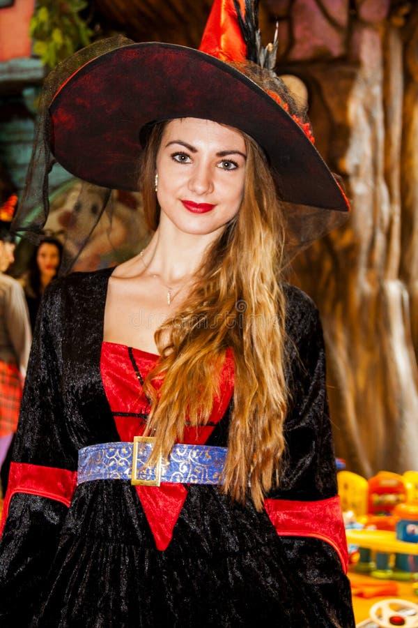 Het jonge meisje kleedde zich als Halloween-heks stock afbeeldingen