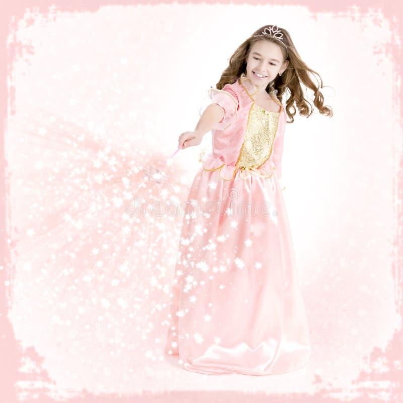 Het jonge meisje kleedde zich als prinses met toverstokje stock fotografie