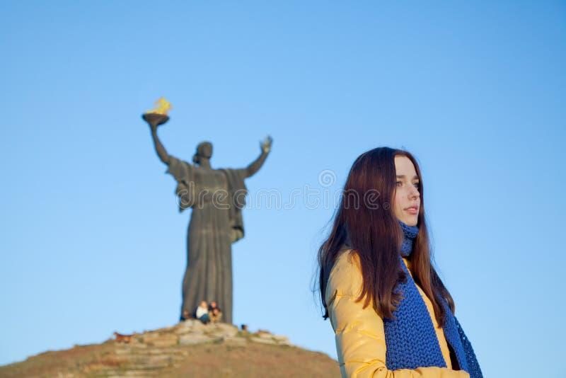 Het jonge meisje kleedde zich in Oekraïense nationale kleuren tegen blauwe hemel stock foto's