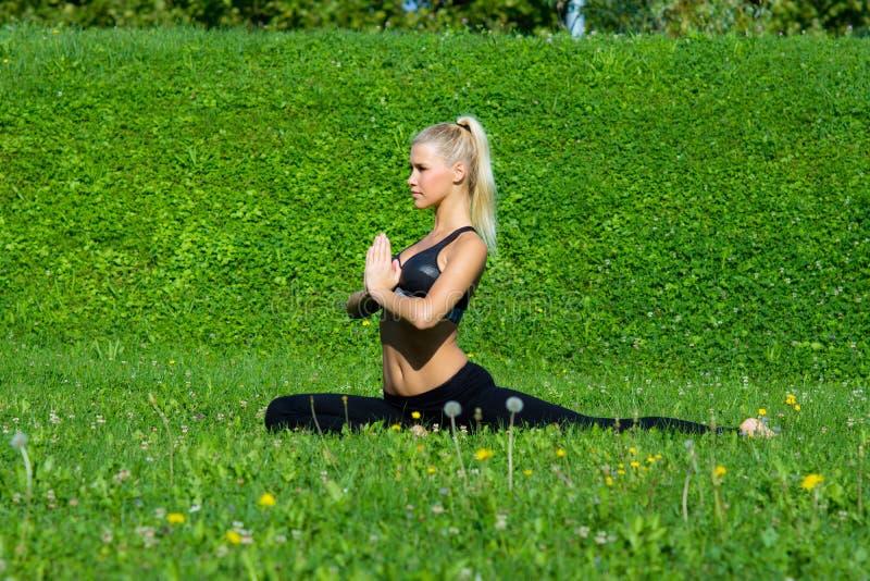 Het jonge meisje mediteert in yogapositie royalty-vrije stock foto
