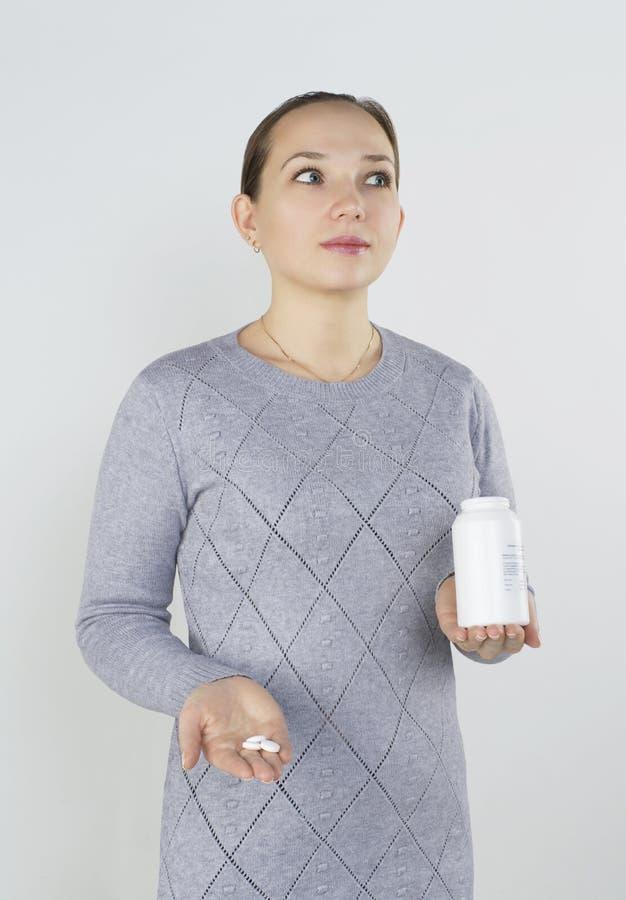 Het jonge meisje neemt vitaminen royalty-vrije stock foto