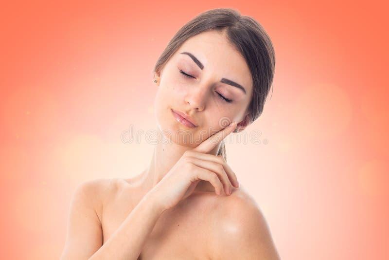 Het jonge meisje neemt zorg haar huid royalty-vrije stock foto
