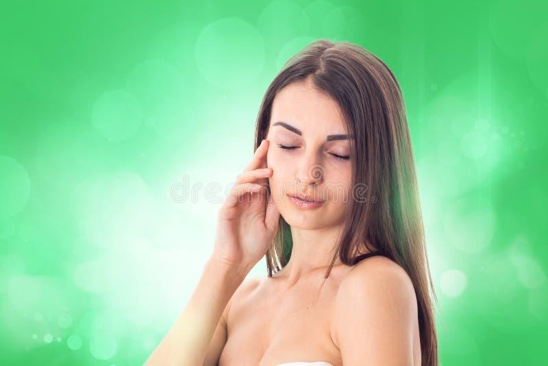 Het jonge meisje neemt zorg haar huid royalty-vrije stock foto's