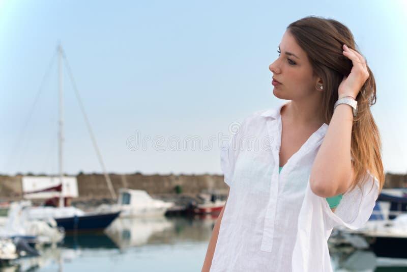 Het jonge meisje ontspannen royalty-vrije stock foto