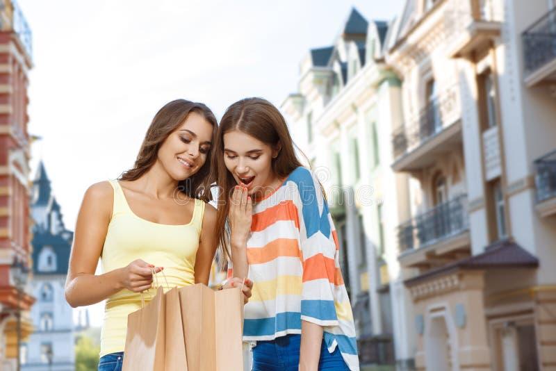 Het jonge meisje opscheppen van haar aankopen stock fotografie