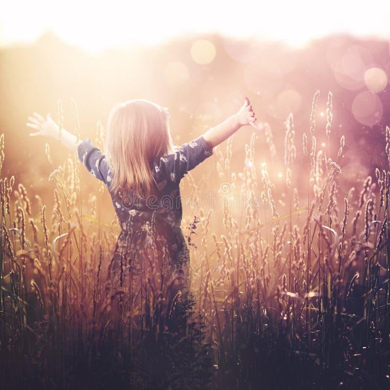 Het jonge meisje prijzen royalty-vrije stock afbeelding