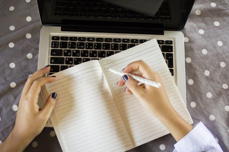 Het jonge meisje schrijft in een agenda royalty-vrije stock foto's