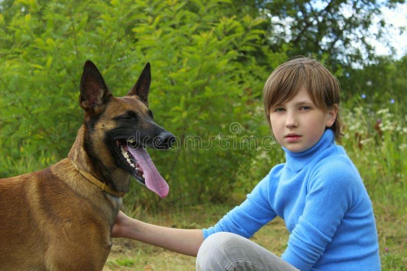 Het jonge Meisje Spelen met Haar Huisdieren Belgische Herder royalty-vrije stock fotografie