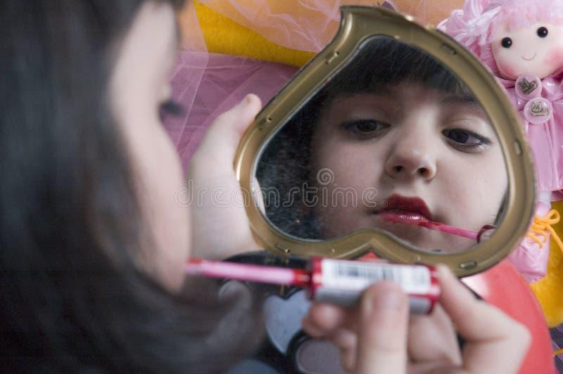 Het jonge meisje spelen met haar maakt omhoog uitrusting? stock afbeelding