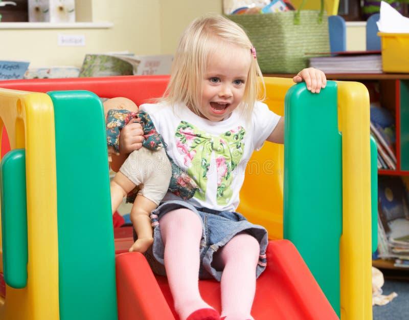 Het jonge meisje spelen met speelgoed royalty-vrije stock fotografie