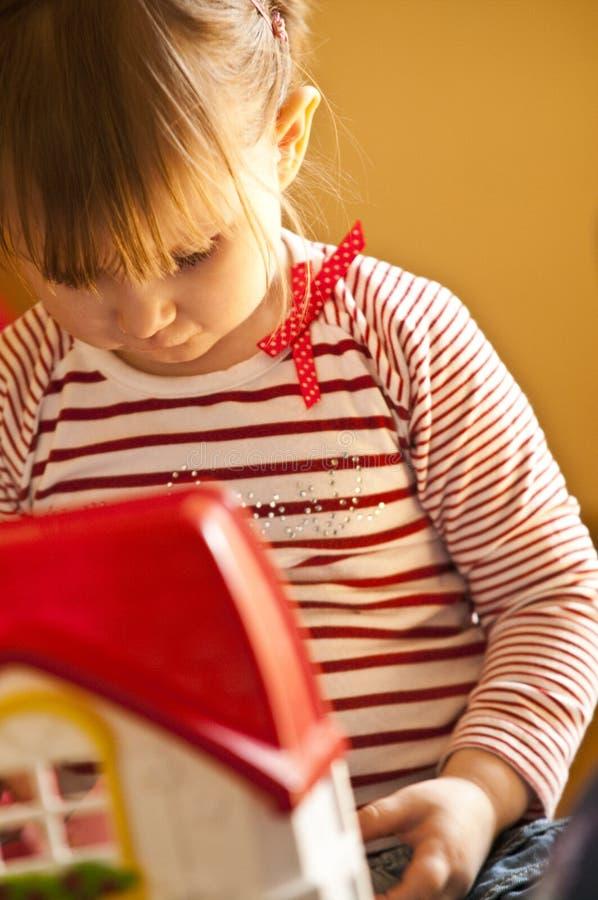 Het jonge meisje spelen met stuk speelgoed stock foto's