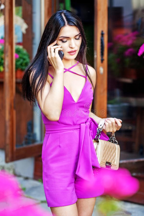Het jonge meisje spreekt telefonisch in de straat Conceptenlevensstijl en royalty-vrije stock foto