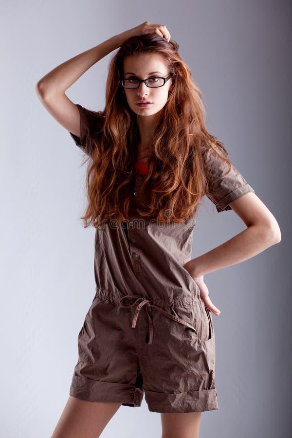 Het jonge meisje stellen als model stock afbeelding