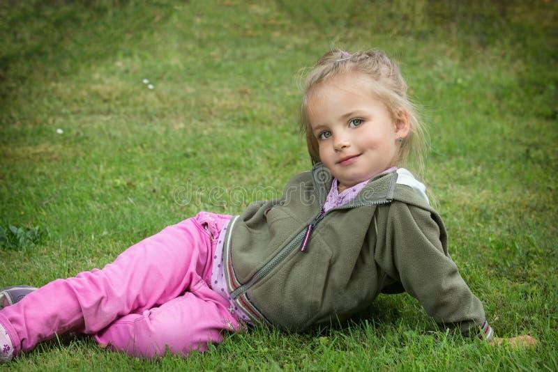 Het jonge meisje stellen in park royalty-vrije stock afbeeldingen