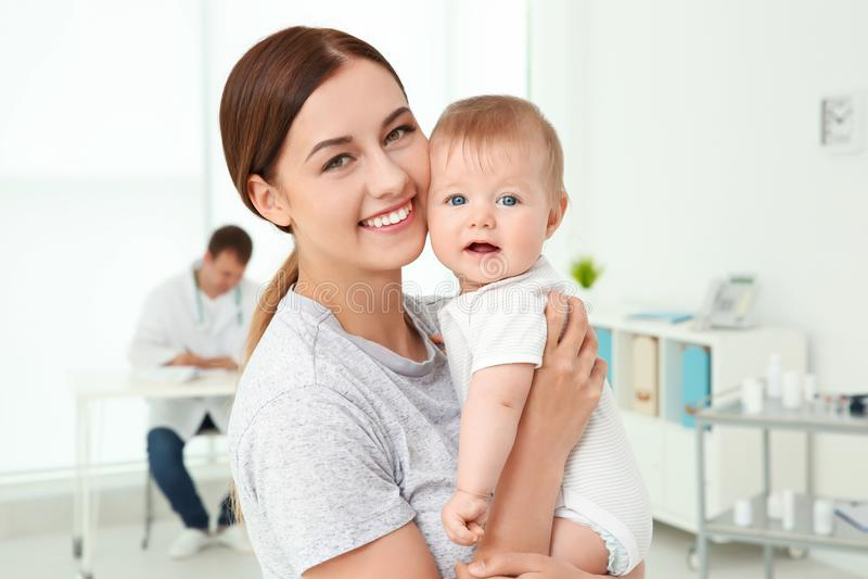 Het jonge Meisje van de Moeder en van de Baby stock fotografie
