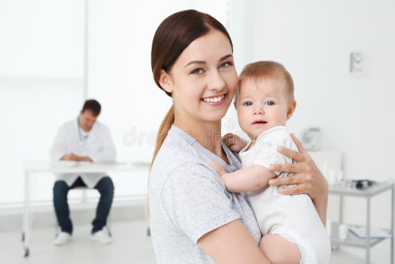 Het jonge Meisje van de Moeder en van de Baby stock foto